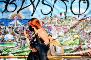 Mujer caminando por un mural